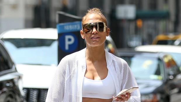 Jennifer Lopez je pri 48 letih pokazala čudovito izklesan trebušček (foto: Profimedia)