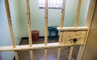 Kdo je pripravljen za noč v zaporniški celici Mandele odšteti tudi do 300.000 dolarjev?