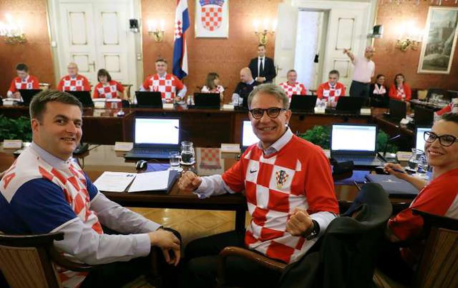 Hrvaški ministri na vladni seji v dresih hrvaške reprezentance (foto: Hina/STA)