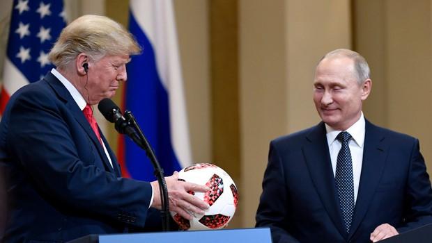 Poglejte si, kako je Donald Trump Melanii sredi govora vrgel nogometno žogo (foto: Profimedia)