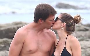 Gisele Bundchen na plaži ves čas poljubljala svojega moža