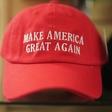 Karma na delu: Trumpove carine ovirajo uvoz njegovih kap in majic s Kitajske!