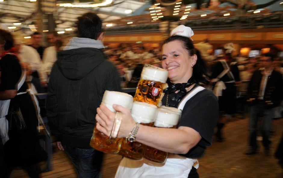 Pivo bo na letošnjem Oktoberfestu dražje zaradi okrepljene varnosti (foto: profimedia)