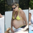 Kate Hudson pokazala nosečniški trebušček v čudovitih rumenih kopalkah
