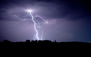 Danes nevihte in krajevna neurja po vsej državi; Arso razglasil oranžno stopnjo