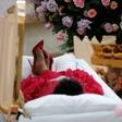 Slovo od Arethe Franklin: Kraljica soula odhaja v zlati krsti, oblečena v rdečo obleko