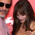 Igralka Dakota Johnson presenečeno pogledala, ko je videla, kje se jo je dotaknil znani režiser