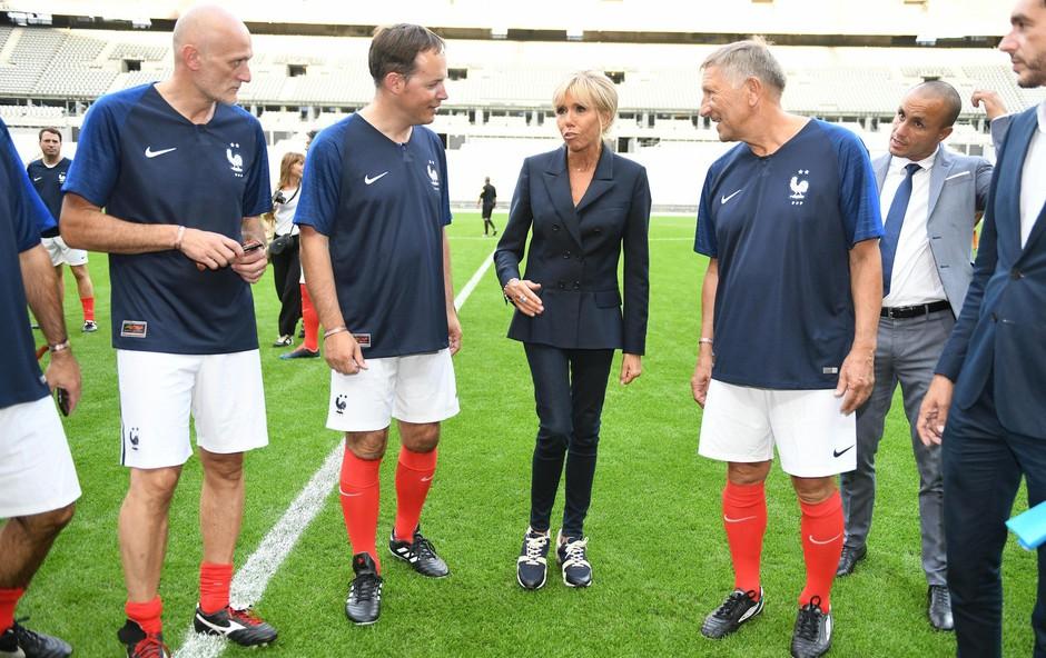 Prva dama Francije Brigitte Macron se v takšni modni kombinaciji le redkokdaj pojavi (foto: Profimedia)