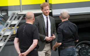 Poglejte si, kako se princ Harry ves čas dotika poročnega prstana in misli na svojo Meghan Markle