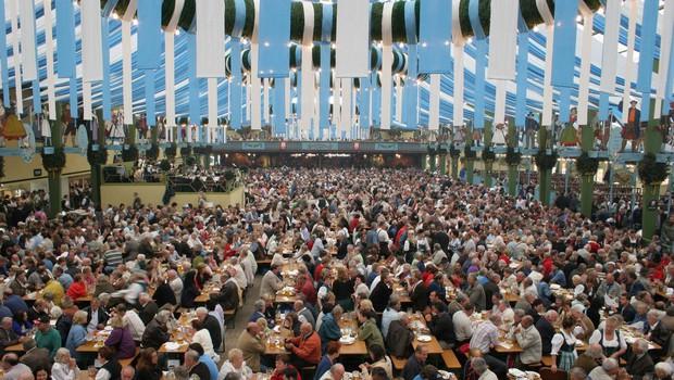Münchenski župan Dieter Reiter je z dvema udarcema po sodčku opoldne odprl letošnji Oktoberfest (foto: profimedia)