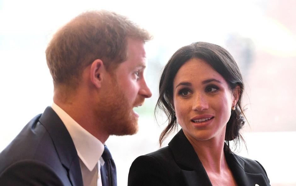 Meghan Markle je v poročno obleko všila košček modre obleke, ki jo je nosila na prvem zmenku s princem Harryjem (foto: Profimedia)