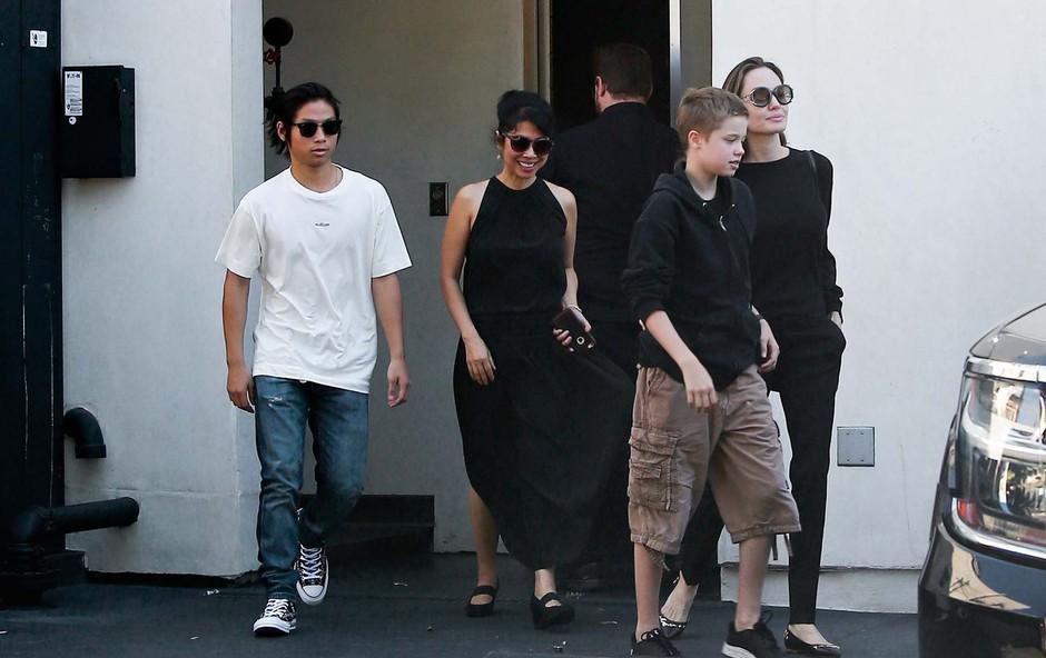 Angelino Jolie ujeli v družbi otrok (foto: Profimedia)