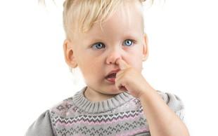 Zaradi vrtanja po nosu lahko zbolimo za pljučnico, menijo britanski znanstveniki
