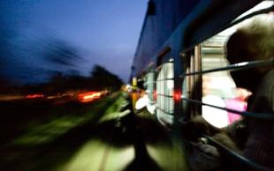 Vlak zapeljal skozi množico vernikov, okrog 60 mrtvih in 200 ranjenih