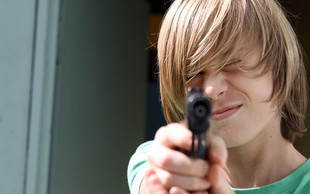 Francija skupaj z Macronom zgrožena: Dijak grozil učiteljici z lažno pištolo!