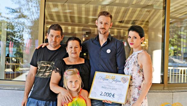 Po dobrodelnem koncertu Viljem Julijan prva donacija za Mašo (foto: Sašo Bizjak)