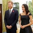 Zakaj Meghan Markle skoraj vedno hodi korak ali dva za princem Harryjem?