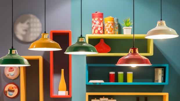 Sodobne različice pisanih retro svetil so priljubljen ambientalni dodatek. (foto: SHUTTERSTOCK)