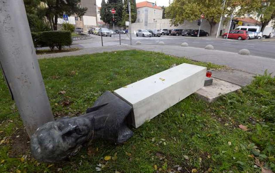 Karma na delu: Moški v Splitu zrušil partizanski spomenik, ta mu je padel na nogo, policija pa ga je zato takoj prijela! (foto: STA)