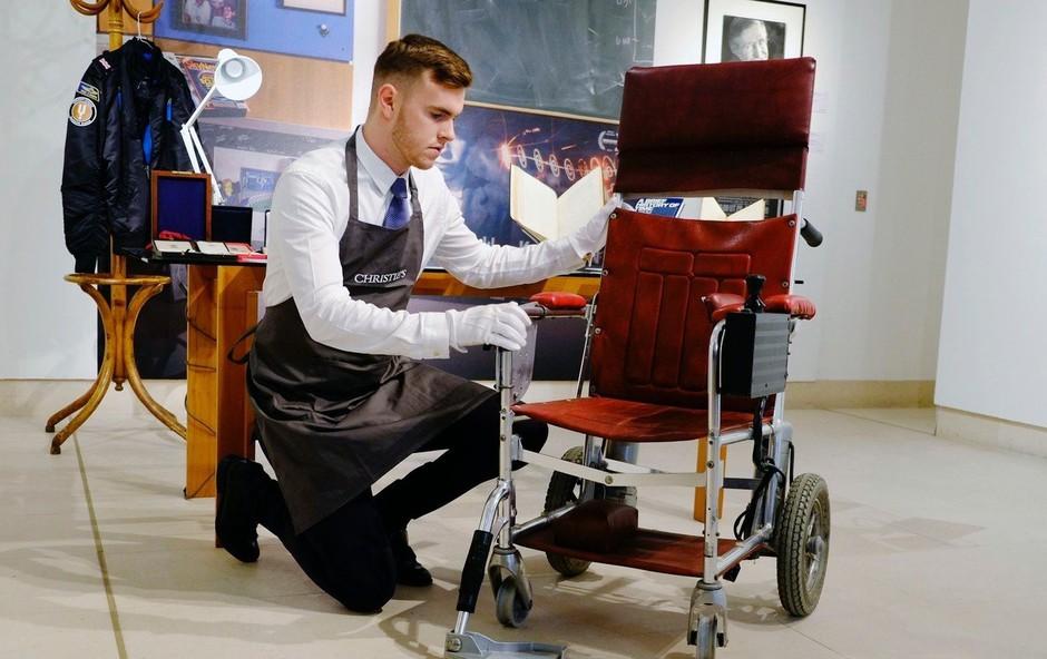 Invalidski voziček Stephena Hawkinga na dražbi prodali za 300.000 funtov (foto: profimedia)