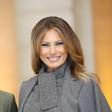 Elegantna Melania Trump z nasmehom pred fotoreporterje v Parizu