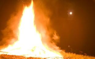 Požar v Mežici zravnal lesen objekt in poškodoval bližnje stavbe, dva avtomobila in motorno kolo