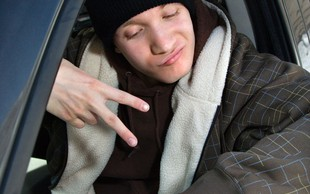 Nemčija: Najstnik ob vozniško dovoljenje že 49 minut po tem, ko ga je dobil!