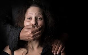 Dan boja proti nasilju nad ženskami zaznamovali protesti po svetu in rdeče črte na licu