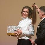 Marko Hriberšek je na odru odstrigel čop, ki ga bosta z zadovoljno stranko Urško darovala podejtju, ki izdeluje lasulje za otroke z rakom. (foto: Rok Rakun)