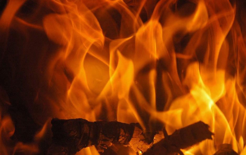 V Tržiču zaradi požara v stanovanju začasno evakuirali stanovalce bloka (foto: profimedia)