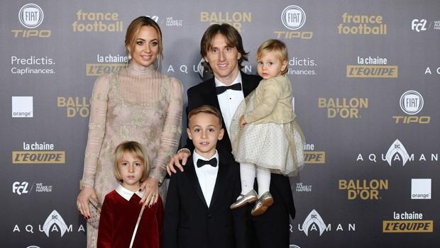 Družina Luke Modrića blestela na rdeči preprogi na podelitvi prestižne nagrade zlata žoga! (foto: Profimedia)