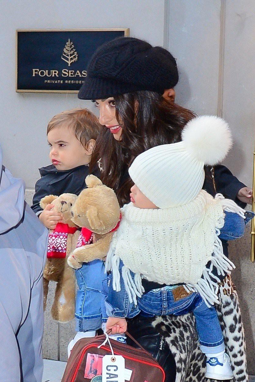 Amal Clooney z otrokoma po opravkih - lepo družinico so ujeli fotografi! (foto: Profimedia)