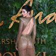 Kendall Jenner na rdečo preprogo prišla brez modrčka