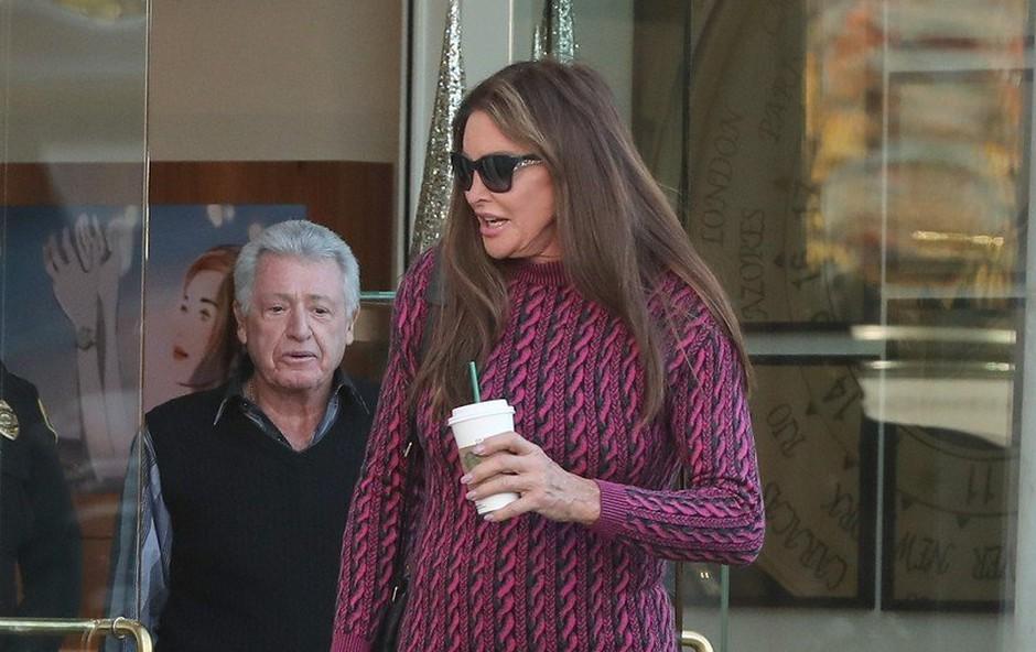 Caitlyn Jenner tudi pri 69-ih letih pogumno obleče mini krilo! (foto: Profimedia)