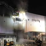 Ponoči je gorelo v Sparovem distribucijskem centru na Letališki (foto: STA)