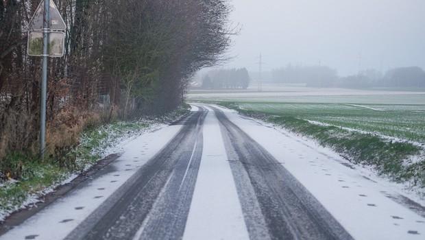 Na zasneženem vozišču vozite bolj previdno kot sicer (foto: profimedia)