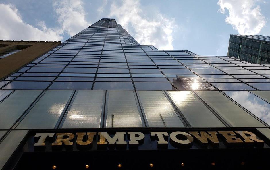 Newyorčani s peticijo za Avenijo Baracka Obame pred Trumpovo stolpnico (foto: profimedia)