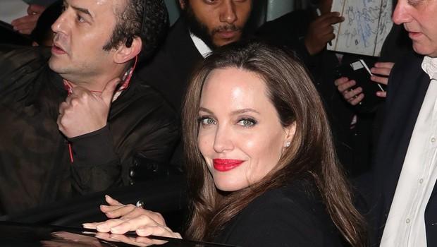 Angelina se ne ozira na govorice o Bradu in Charlize Theron - ujeli so jo med nakupi! (foto: Profimedia)