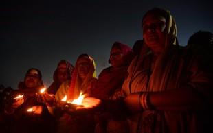 """Na tisoče Indijcev se je poklonilo preminulemu 111-letnemu """"hodečemu bogu"""""""