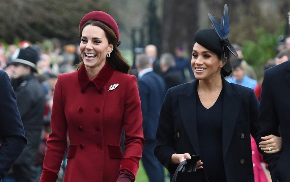 Meghan in Kate torbico vedno nosita v levi roki - strokovnjakinja razloži, zakaj je tako (foto: Profimedia)
