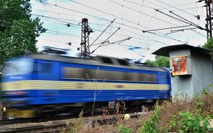 Zaradi strahu pred zmikavti na vlaku je potnik obtičal v zaklenjenem kupeju