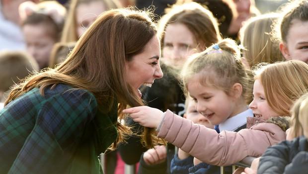 Kate Middleton oboževalka prijela za lase, reakcija lepe vojvodinje pa je bila izjemno prikupna (foto: Profimedia)