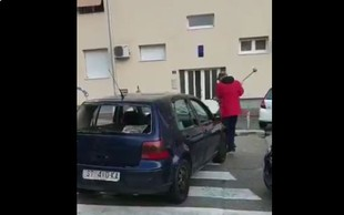 V Splitu moški z macolo na prehodu za pešce razbil svoj avtomobil