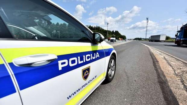 V Ljubljani ženski grozil z nožem, se odpeljal z njenim vozilom in povzročil nesrečo (foto: Tamino Petelinšek/STA)