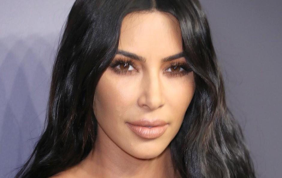 Kim Kardashian z novo frizuro - je šla tokrat predaleč? (foto: Profimedia)