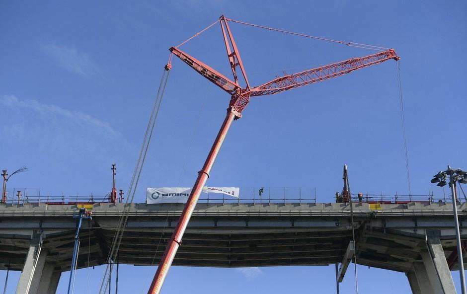 V Genovi  šest mesecev po tragediji začeli z odstranjevanjem ostankov porušenega viadukta (foto: Profimedia)