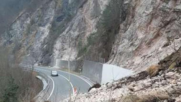Več tisoč kubičnih metrov zemlje, skal in dreves zasulo cesto Zagorje-Trbovlje (foto: Direkcija RS za infrastrukturo)
