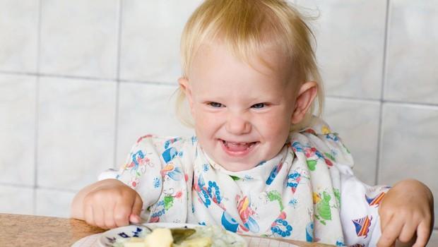 V otroških kašicah pogosto preveč dodanega sladkorja in nepotrebnih aditivov (foto: profimedia)