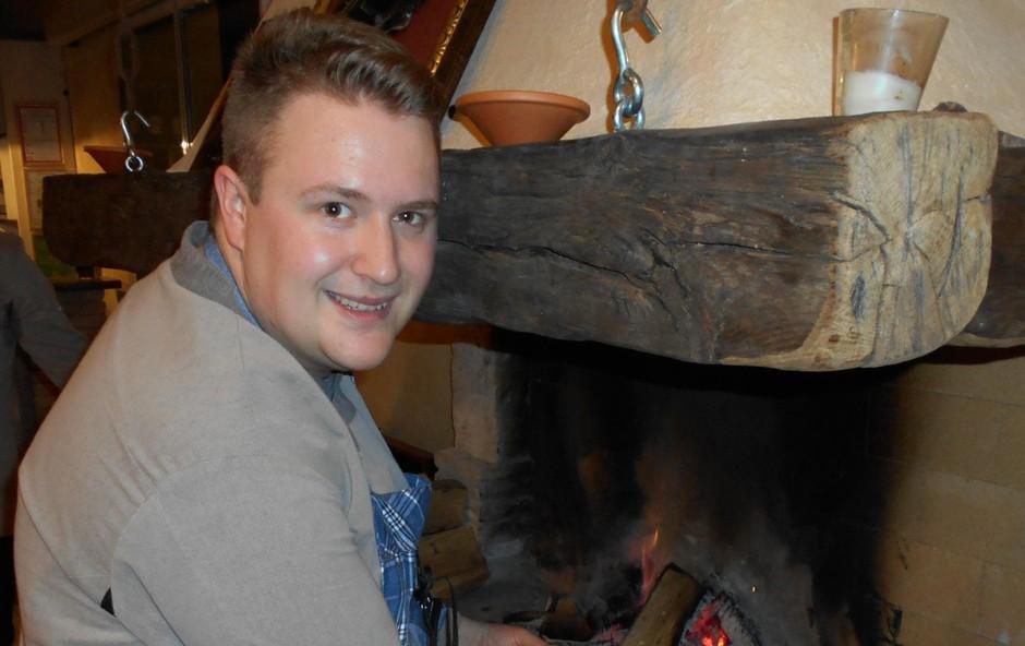 """""""Srce naše kuhinje je  ognjišče,"""" pove Marko, ki  brez zadržkov razkrije, da  pod njim nastanejo prav  posebne dobrote, kjer se  tardicija prepleta s sodobnimi  kulinaričnimi prijemi. (foto: VIDA DIMOVSKA)"""