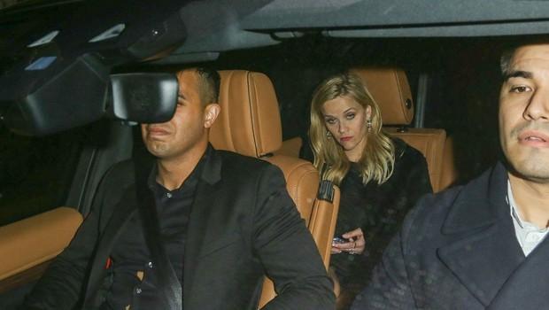 Reese Witherspoon pregloboko pogledala v kozarec in padla po stopnicah (foto: Profimedia)